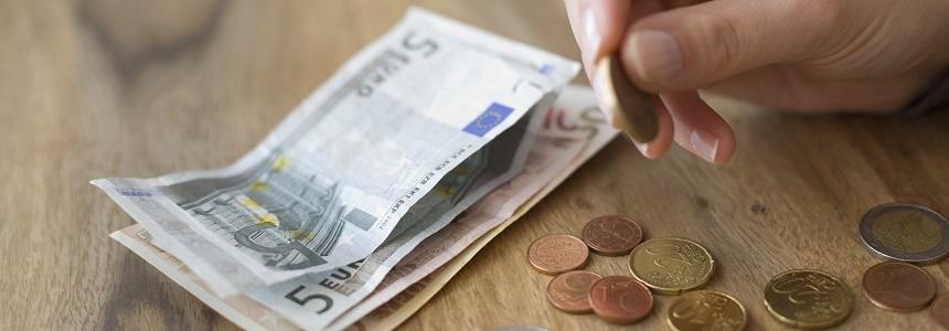 Eine Frau zählt ihr Geld