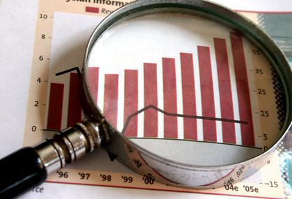 Eine Lupe zeigt den Anstieg einer Aktie