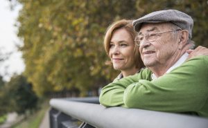 Die anhaltende Niedrigzinsphase stellt die Bundesbürger bei der Sicherung ihres Renteneinkommens vor ganz neuen Herausforderungen. Foto: djd/axa.de